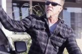 El líder de Metallica, a los piedrazos!
