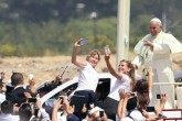 ¡Papa Francisco bromea con feligreses y se toma selfies con ellos!