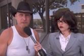 Miley Cyrus se disfraza de periodista
