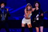 "Taylor Swift junto a Beck y St. Vincent cantando ""Dreams"""