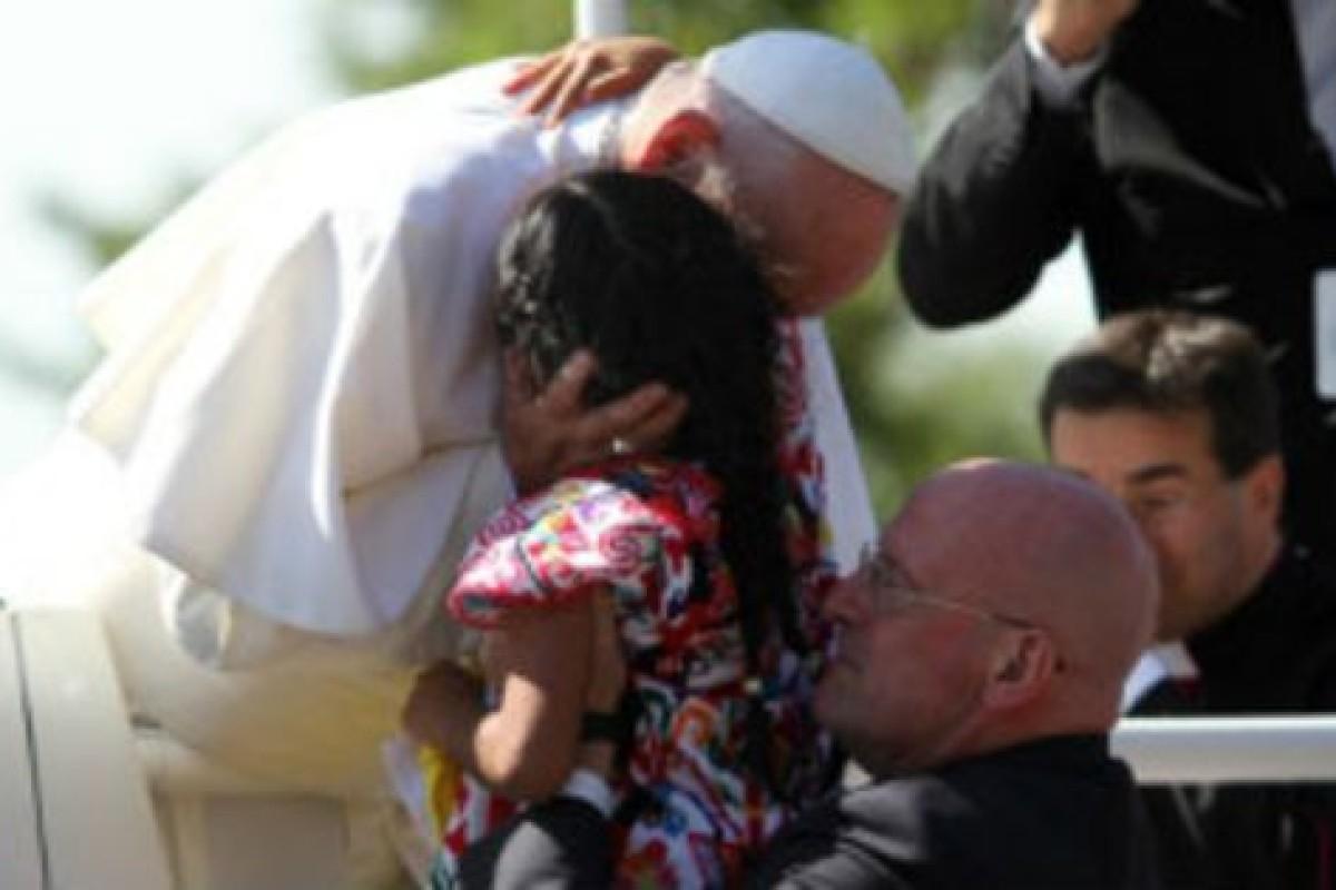 Saltó valla de seguridad para darle una carta al Papa