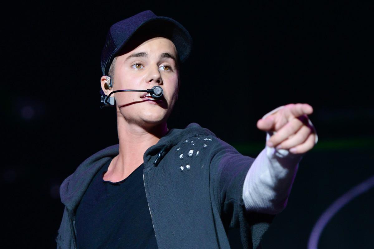 Justin Bieber bebe alcohol y fuma marihuana sobre el escenario