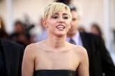 Se le fue la mano Miley Cyrus.