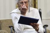 Una anciana de 97 años recibe su diploma y llora de la emoción