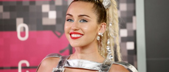 Miley Cyrus se viste de butanera sexy