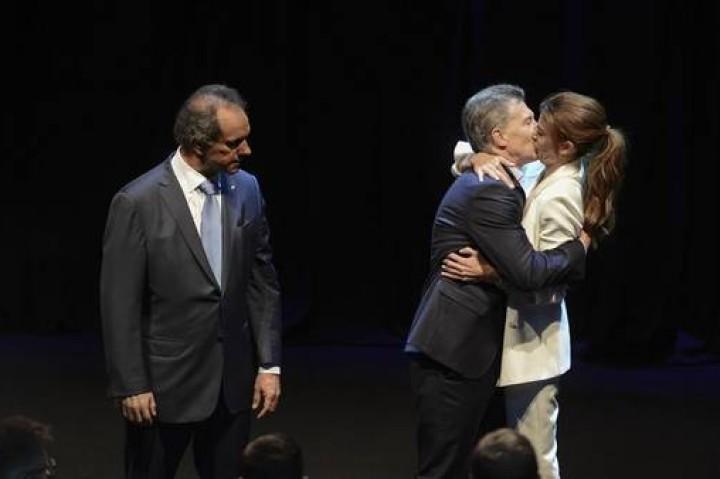 La foto del debate entre Scioli y Macri que desató burlas en las redes
