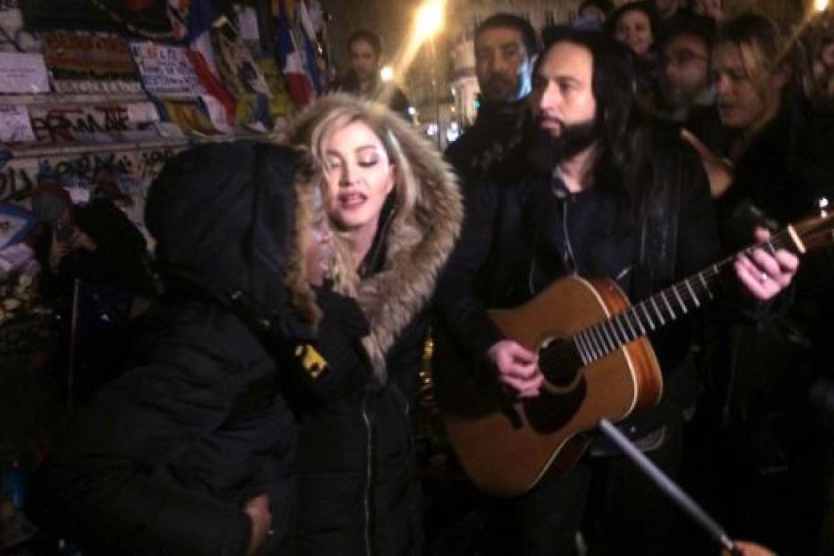 Madonna sorprende en París con show improvisado
