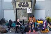 Fans de Star Wars empiezan a hacer cola fuera de los cines