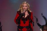Madonna improvisa un concierto en París en homenaje a las víctimas