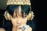 Rihanna escucha ANTI con una joya en sus oidos