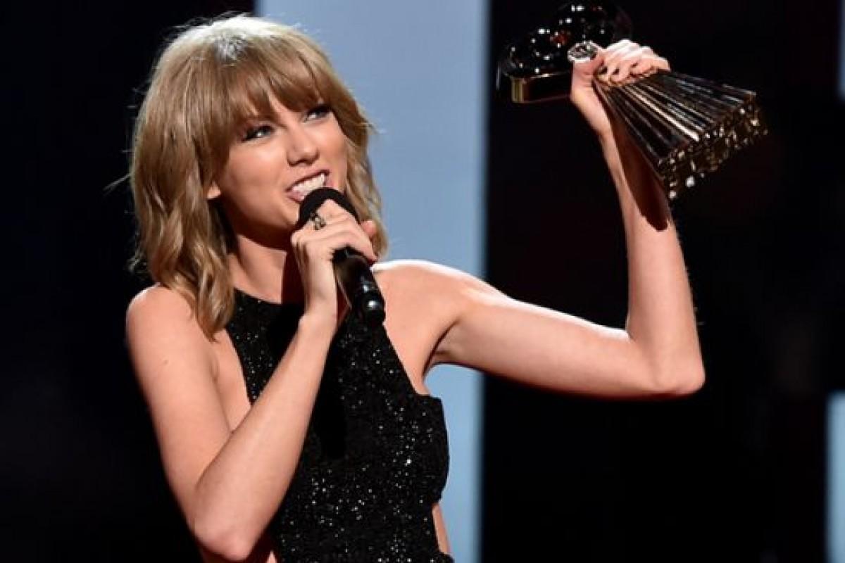 Taylor Swift aprovecha discurso para agradecer a su novio Adam