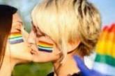 Facebook bloqueo cuentas en Italia por fotos de chicas besándose