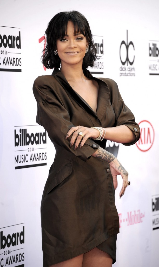 Rihanna-Billboard-Music-Awards-2016-Red-Carpet-Fashion-Thierry-Mugler-Dries-Van-Noten-Tom-Lorenzo-Site-1