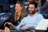 "Adam Levine mostró su ""panza"" de embarazo"