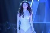 Selena Gómez destruye cartel de una fan en su concierto