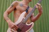 """El Bajista de los Red Hot Chili Peppers """"Flea"""" diseñó su propio bajo"""