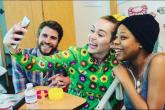 Miley Cyrus y Liam Hemsworth llevaron alegría a un hospital de niños