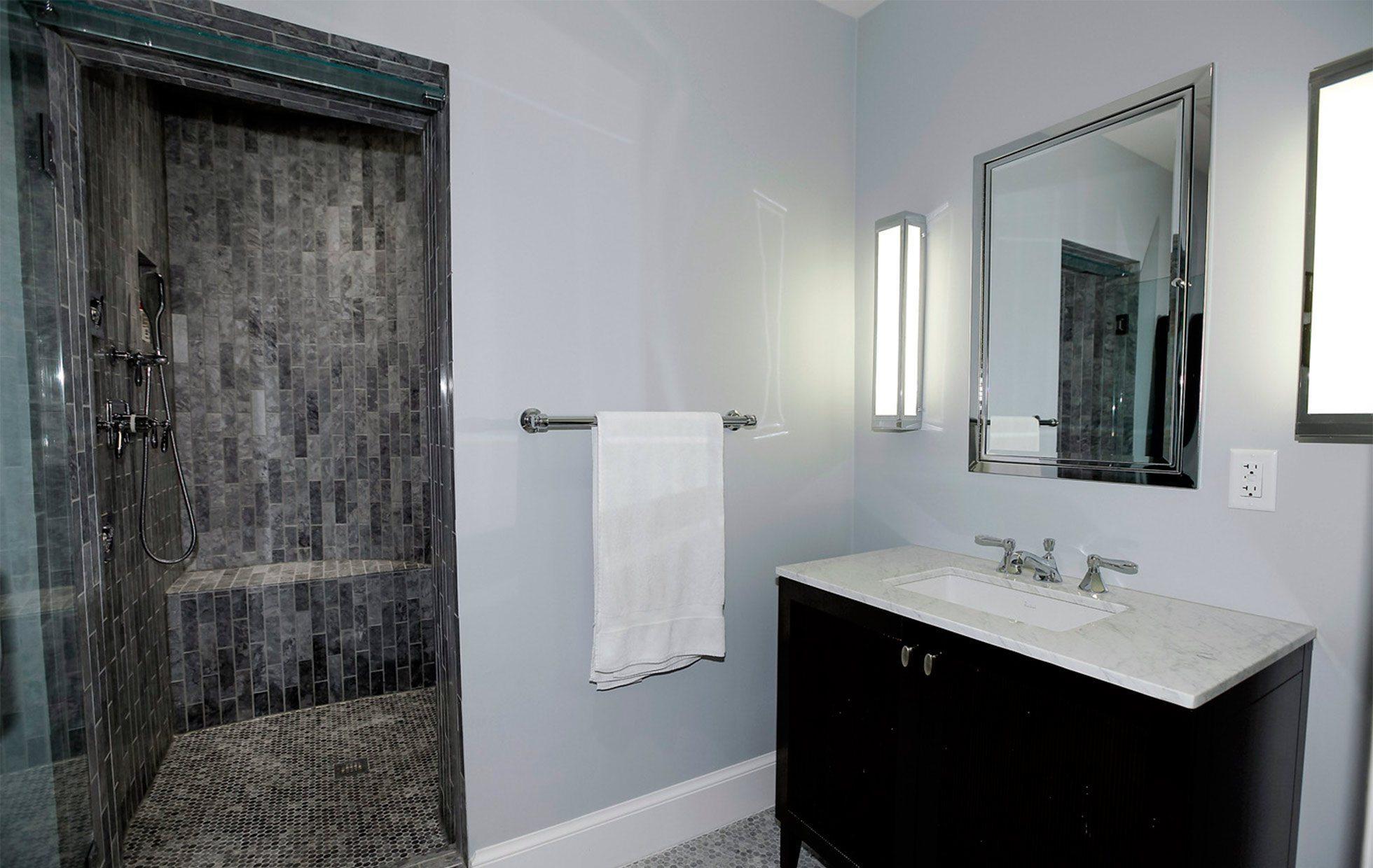58820006e2d0a2446-Belmont-Road-NW-Washington-DC-Obamas-New-Home-His-Bath