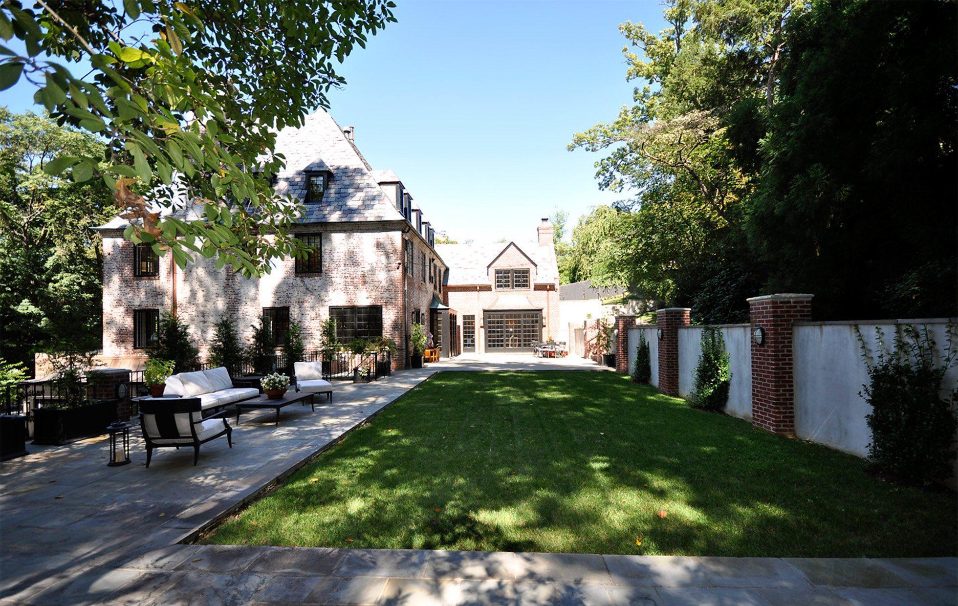 5882009a067ea2446-Belmont-Road-NW-Washington-DC-Obamas-New-Home-Backyard