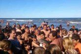 """En Argentina, muere delfín que turistas sacaron del agua para tomarse una """"selfie"""""""