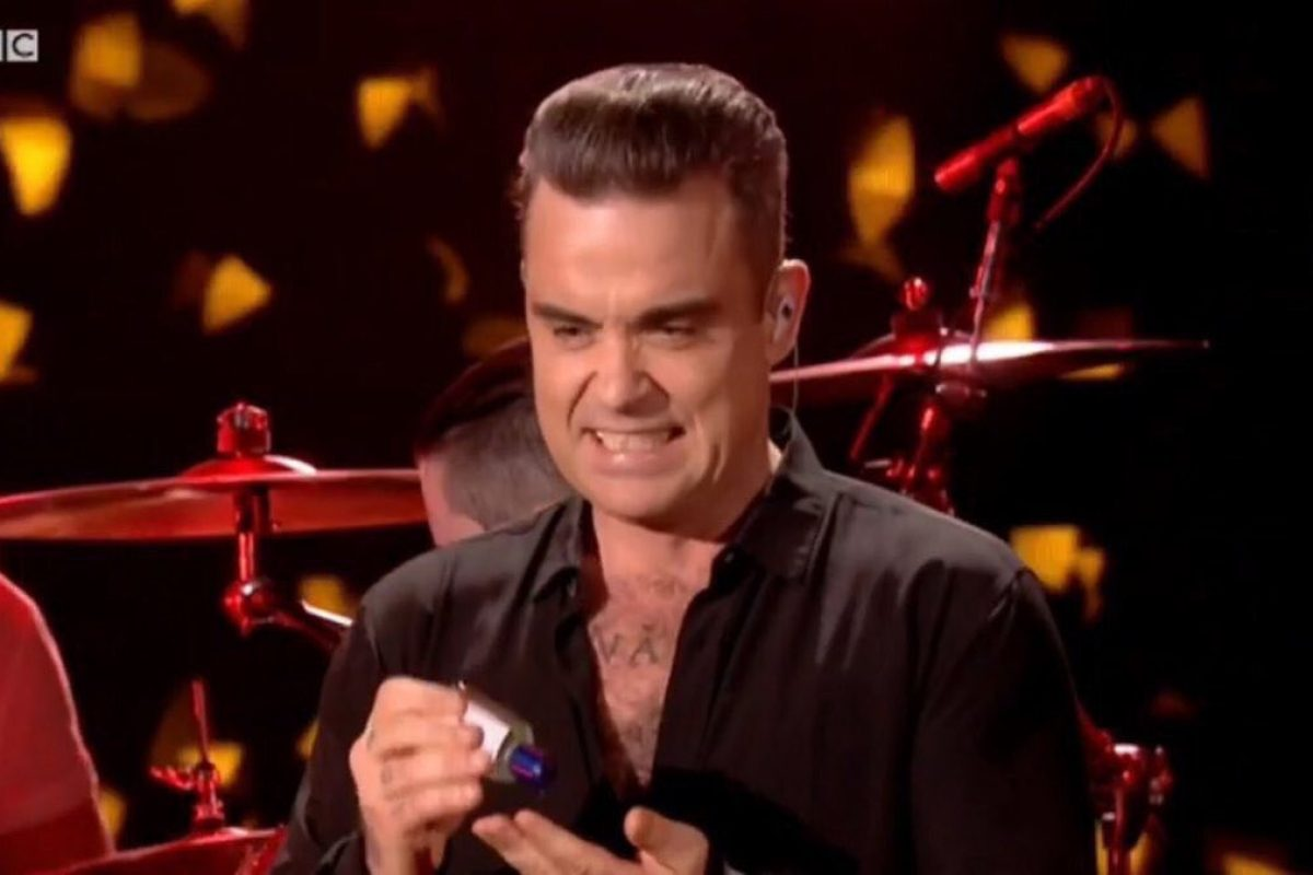 Robbie Williams se desinifectó las manos tras saludar a sus fans