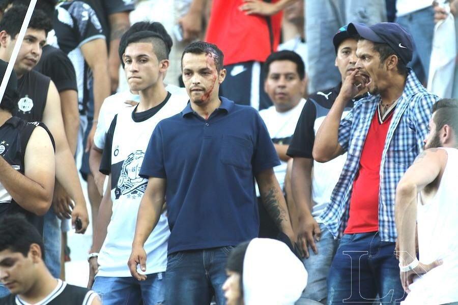 Violencia entre barras bravas dejo varios heridos. Foto: Nestor Soto.