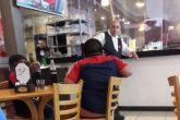Gesto solidario: Propietario de un local invita a dos niños a comer