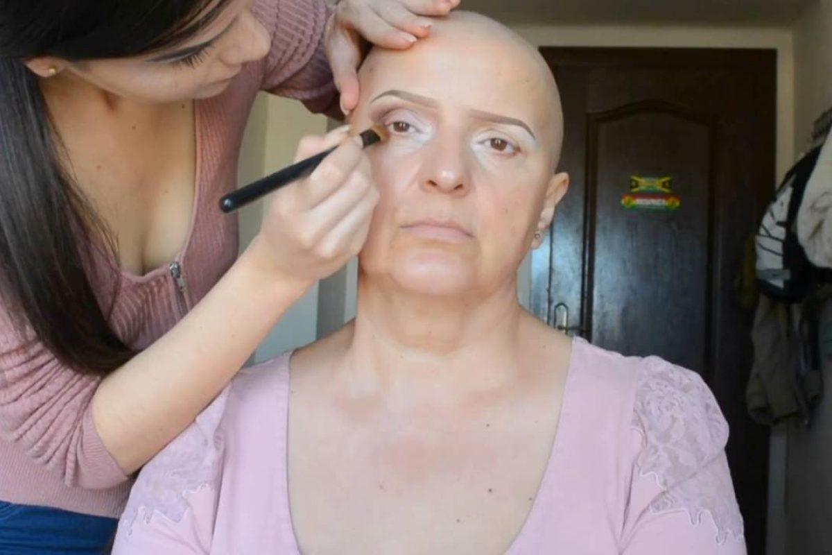 Youtuber realiza tutoriales de maquillaje para personas con cáncer y se vuelve viral