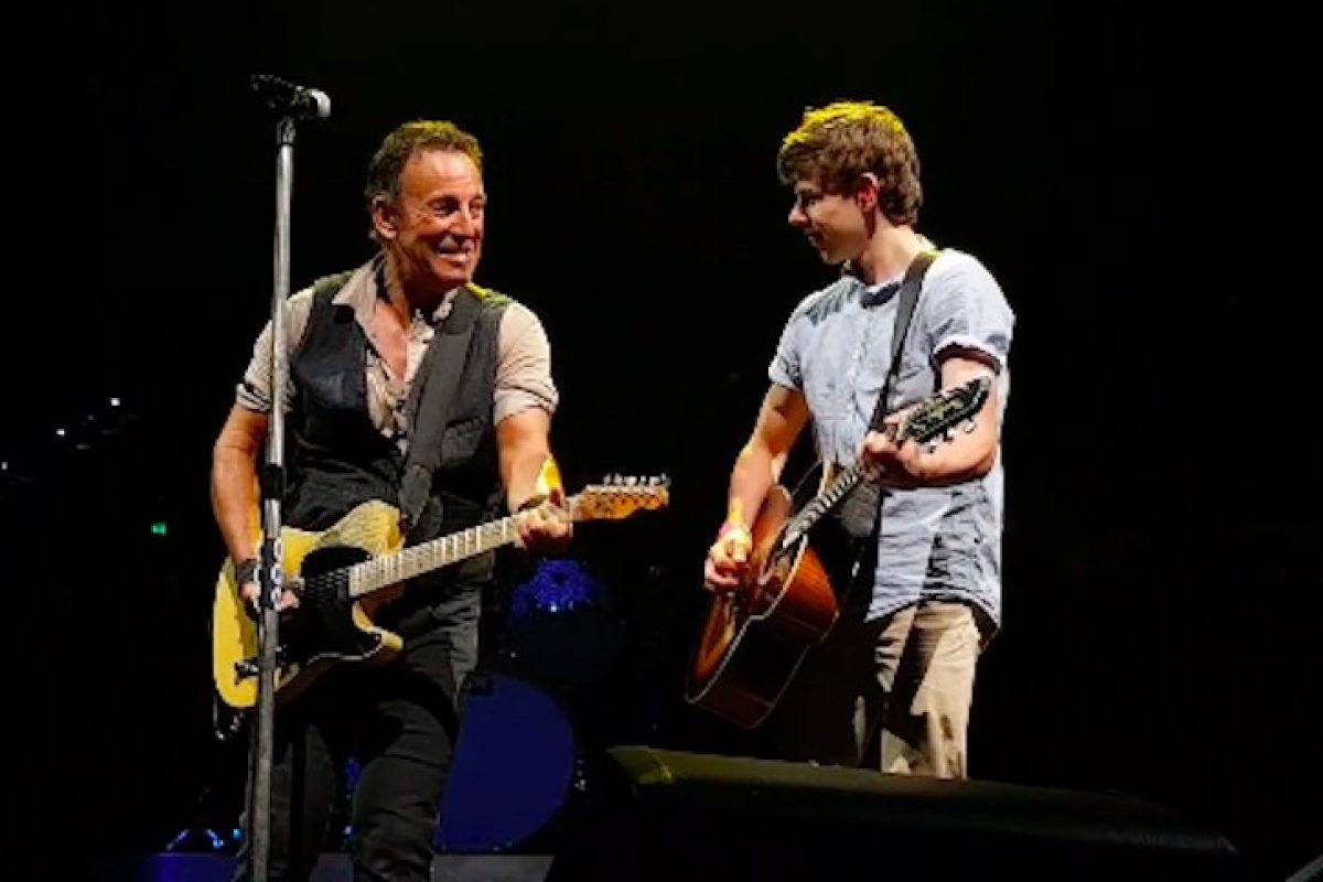 Bruce Springsteen invita a un fan al escenario para tocar un tema