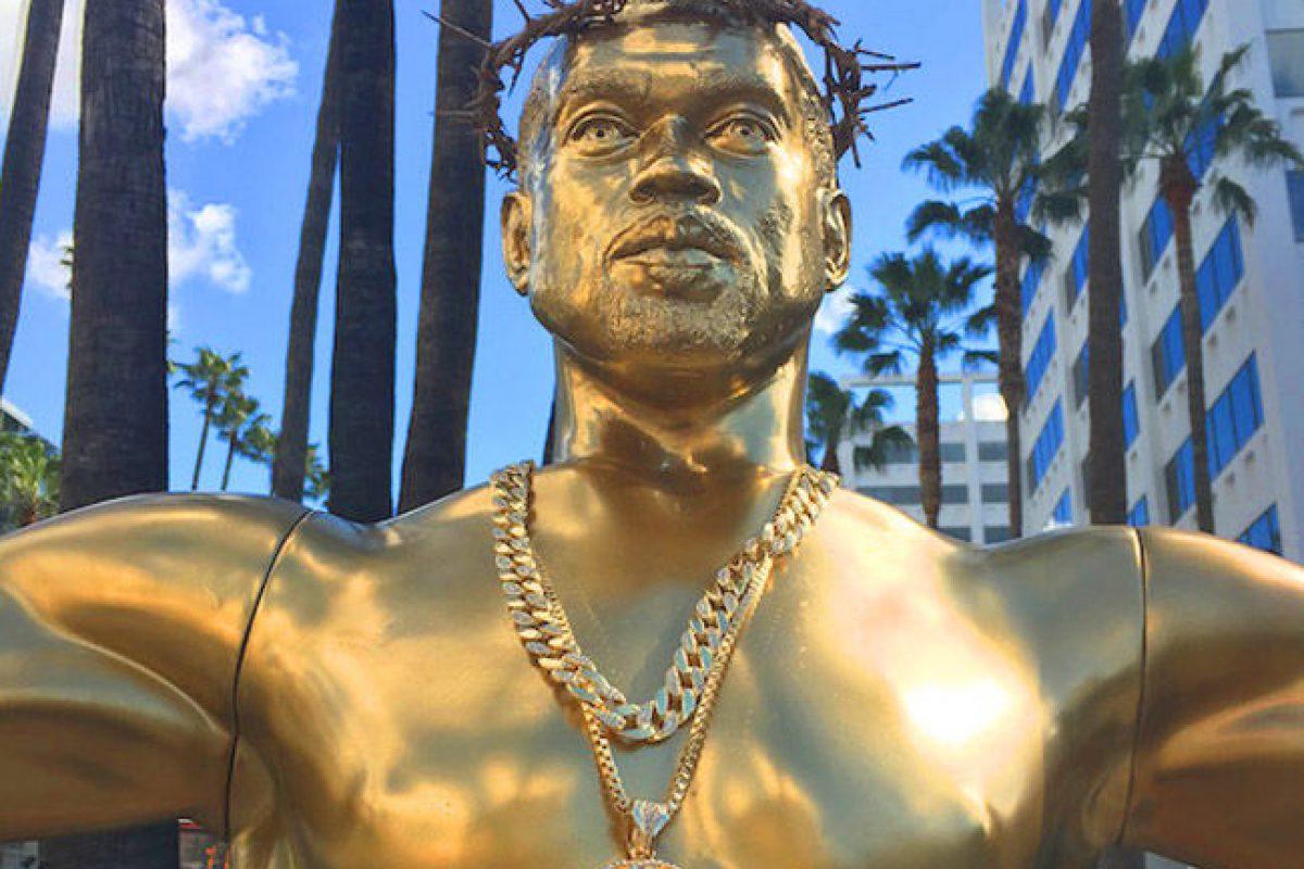 Una estatua de Kanye West crucificada apareció en Hollywood