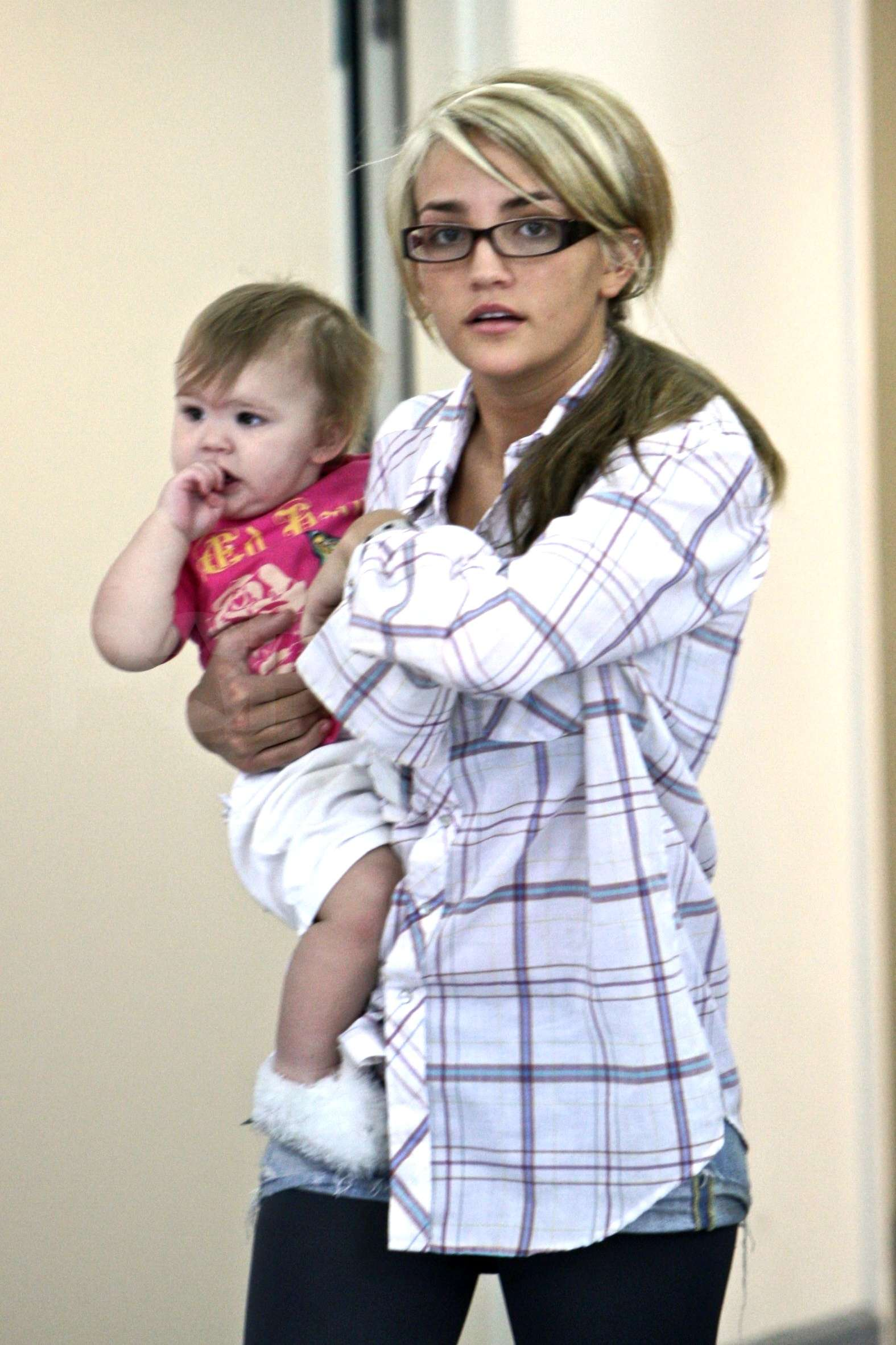 ©NATIONAL PHOTO GROUP Jamie Lynn Spears makes her way through LAX airport with baby Maddie and mom Lynn. Job: 042609J16 EXCLUSIVE April 24, 2009 Los Angeles, CA nationalphotogroup.com *** 750£ MIINIMUM USAGE FOR UK ***