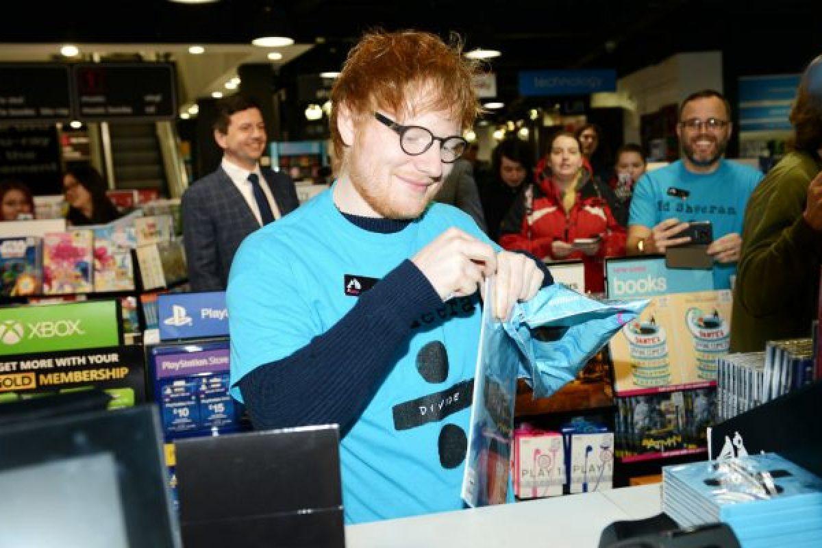 Ed Sheeran labura como cajero en una tienda de discos