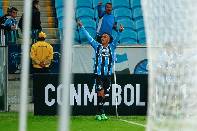 Lucas Barrios festeja la tripleta contra Guaraní. Foto: Gremio.
