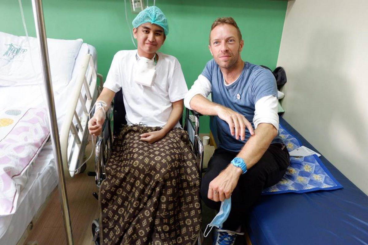 Chris Martin visita a fan luchando contra el cáncer
