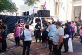 Manifestantes cierran calle frente a Senavitat