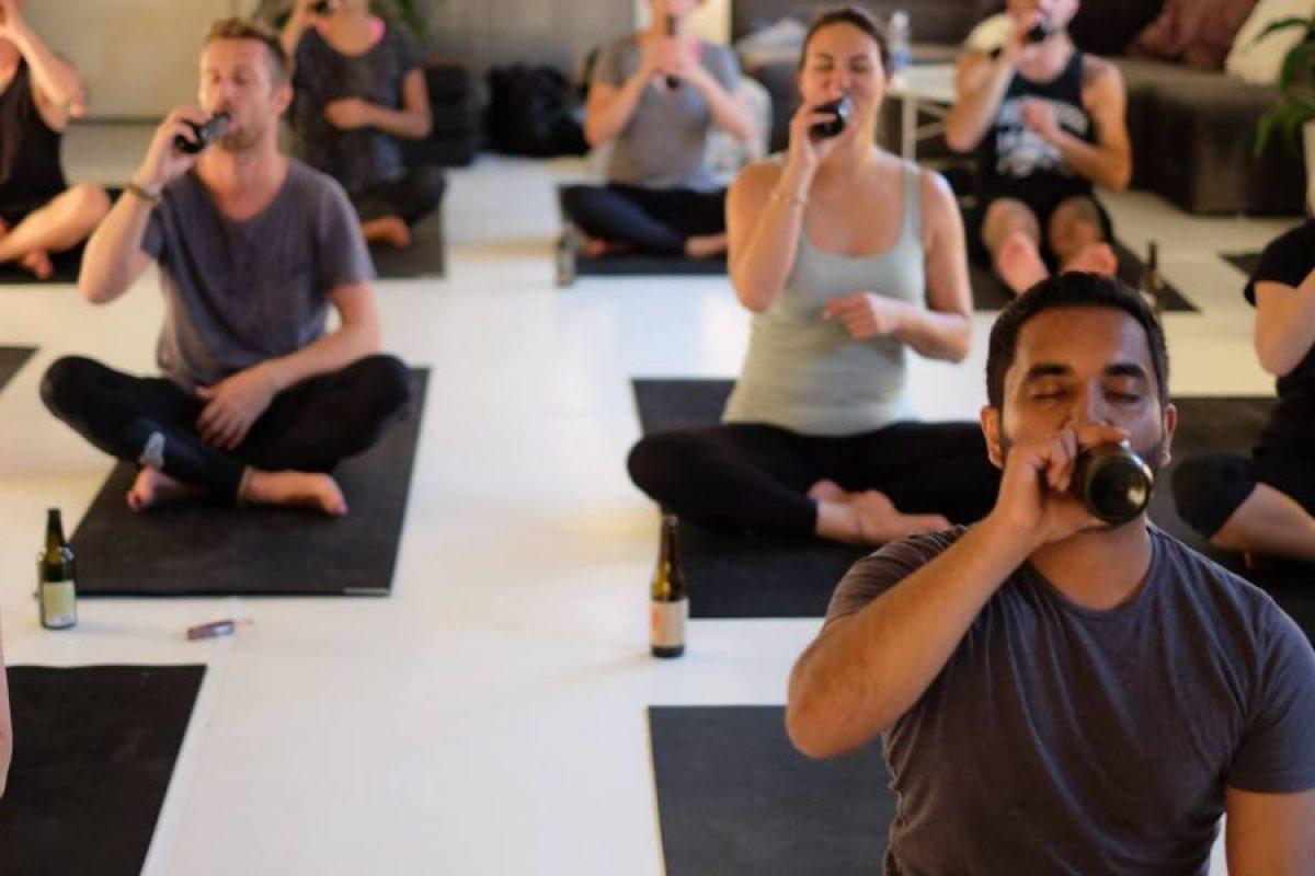Yoga con cerveza es la nueva moda fitness