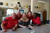 Adele visitó a bomberos luego del incendio en Londres