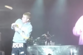 """Justin Bieber dijo no recordar la letra de """"Despacito"""" y le tiraron una botella en un concierto"""