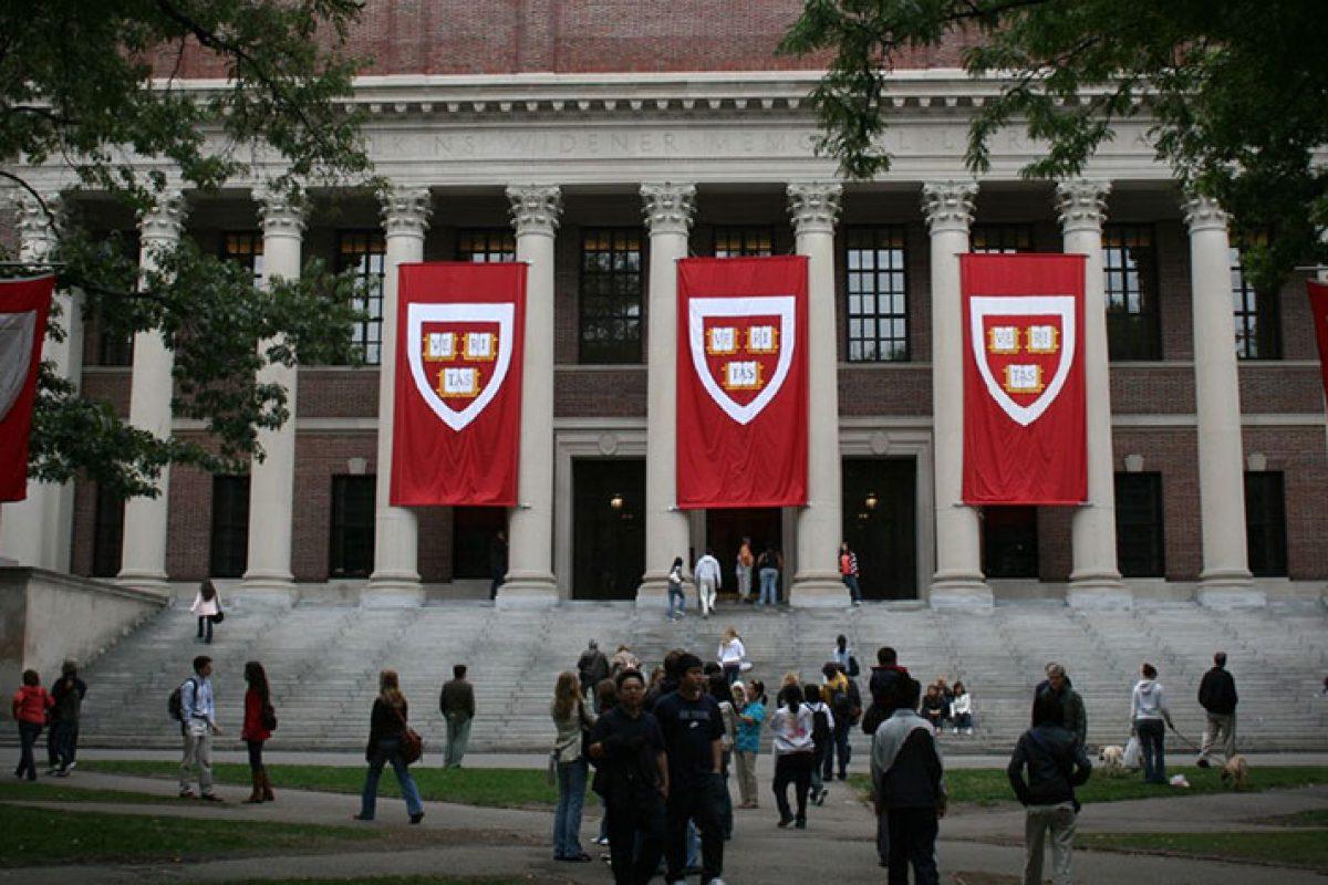 Harvard retira admisión a diez estudiantes por enviar memes ofensivos en Facebook