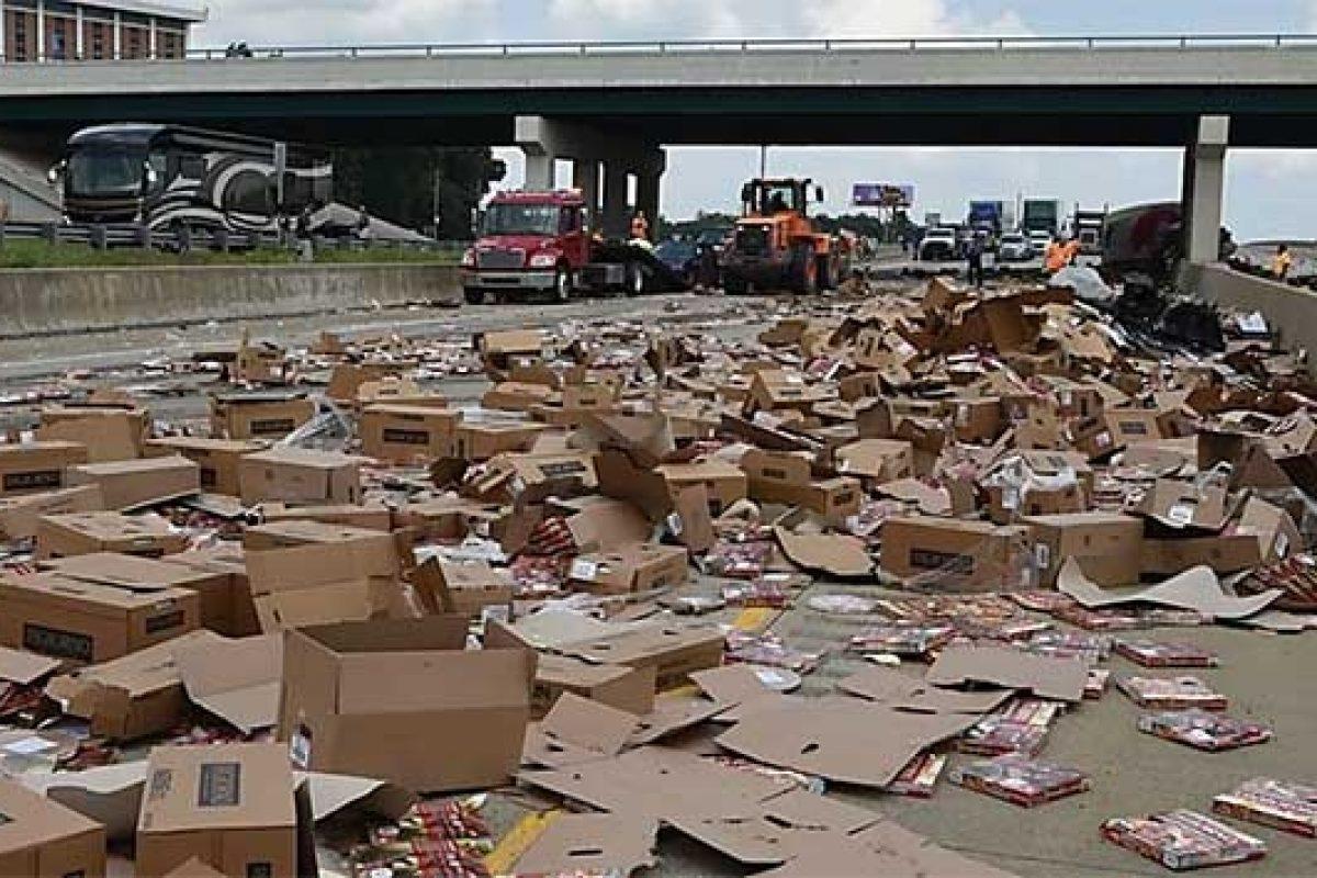 Pizzas quedan tiradas en autopista estadounidense tras accidente