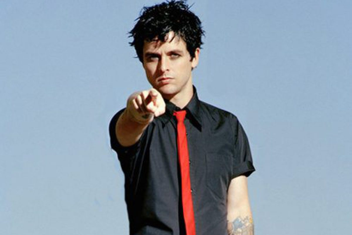 Billie Joe Armstrong de Green Day rinde homenaje a su amigo peludo