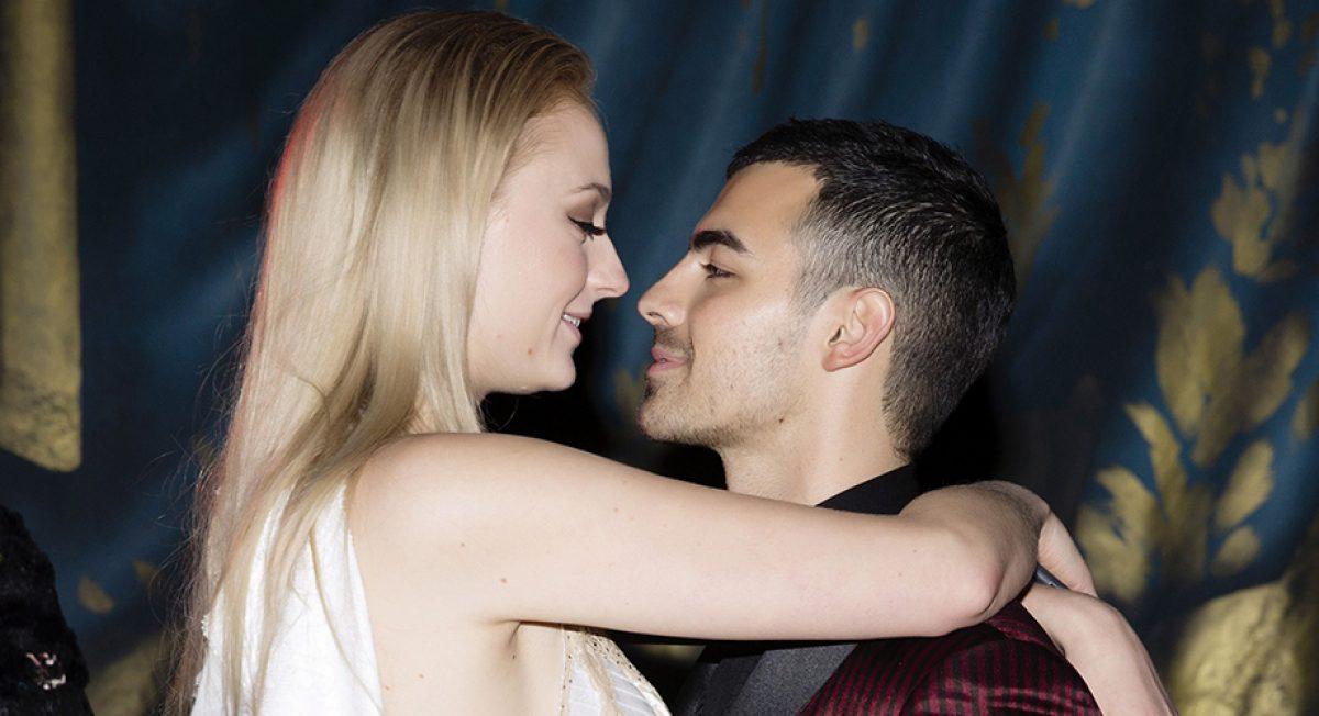 El cantante Joe Jonas y su novia la actriz Sophie Turner se comprometieron