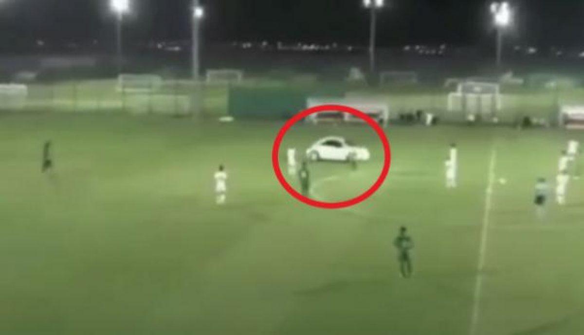 Auto invadió cancha de fútbol en pleno partido