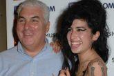 El padre de la fallecida cantante Amy Winehouse dice que el espíritu de ella lo visita constantemente