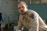 El sherif de 'Stranger Things' promete ir a la boda de una fan si consigue suficientes retuits