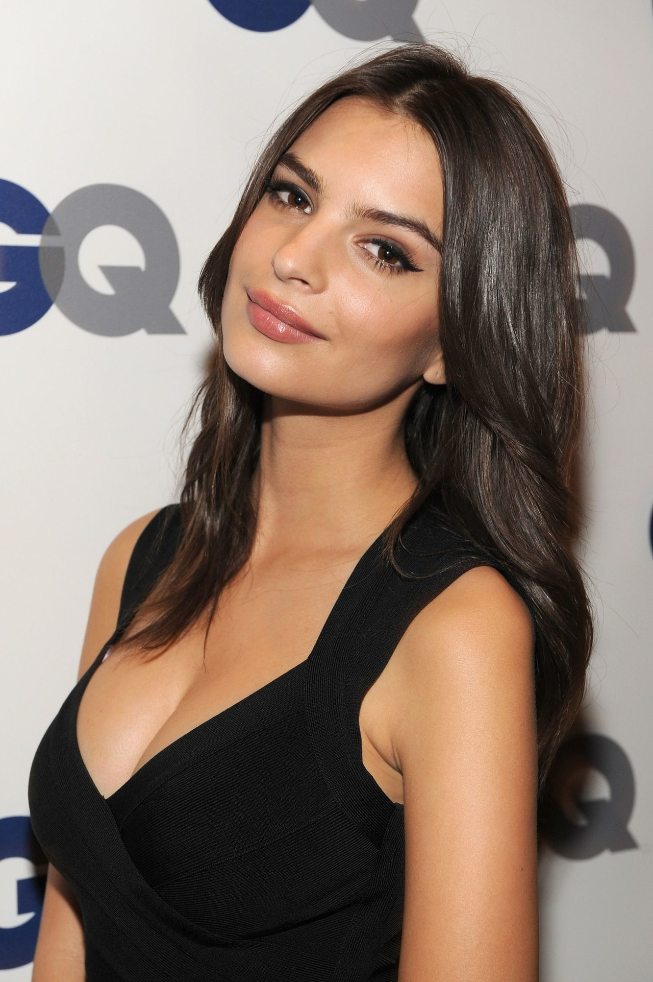 beauty-2013-11-emily-ratajkowski-blurred-lines-emily-main