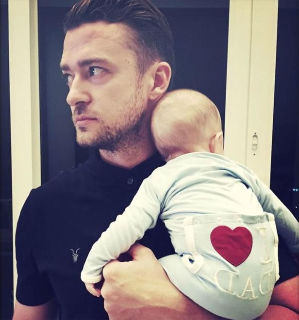 justin-timberlake-standing-in-front-of-a-store-justin-timberlake-with-son-silas__550015_