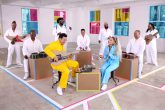 Ariana Grande y Jimmy Fallon interpretaron No Tears Left to Cry, utilizando instrumentos de Nintendo Labo