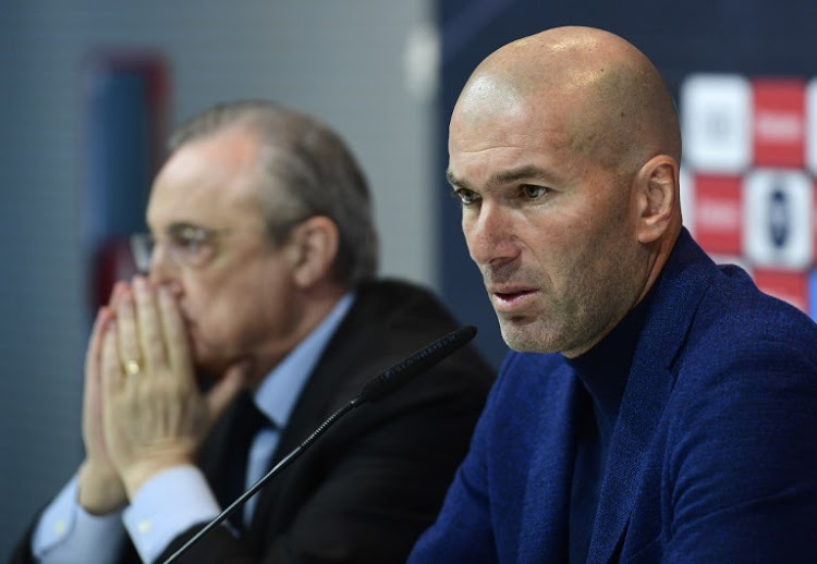 Real Madrid's French coach Zinedine Zidane (R) sits beside president Florentino Perez, during a press conference to announce his resignation in Madrid on May 31, 2018. Real Madrid coach Zinedine Zidane said today he was leaving the Spanish giants, just days after winning the Champions League for the third year in a row.  / AFP PHOTO / PIERRE-PHILIPPE MARCOU