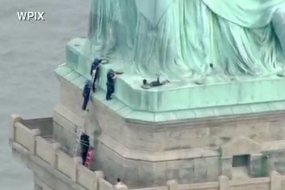 Mujer escaló la Estatua de la Libertad en forma de protesta